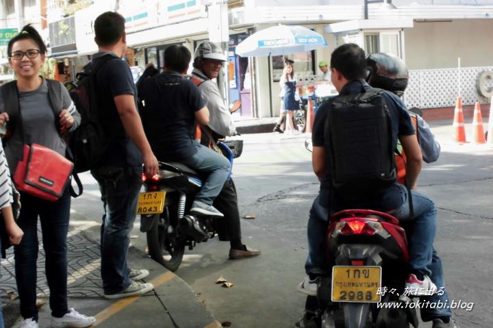 """""""バイクタクシー"""" 街中で結構見かけるメジャーな交通手段。"""